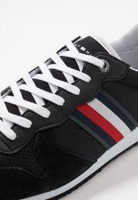 Tommy Hilfiger - ICONIC RUNNER - Sneakersy niskie - black - 5