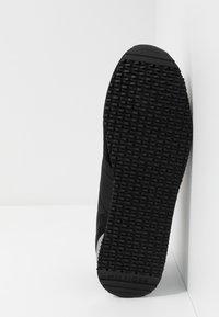 Tommy Hilfiger - ICONIC RUNNER - Sneakersy niskie - black - 4