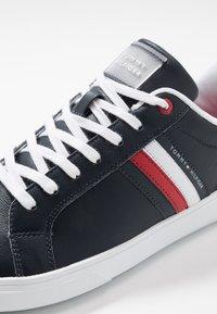 Tommy Hilfiger - ESSENTIAL CUPSOLE - Sneakersy niskie - blue - 6