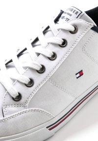 Tommy Hilfiger - CORE CORPORATE - Sneakers laag - white - 5
