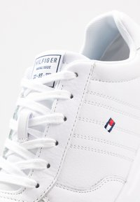 Tommy Hilfiger - LIGHTWEIGHT - Sneakers - white - 5