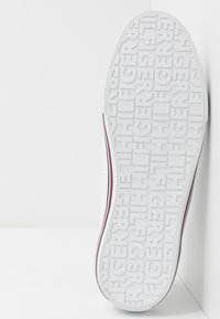 Tommy Hilfiger - CORE CORPORATE  - Sneakersy niskie - white - 4
