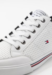 Tommy Hilfiger - CORE CORPORATE  - Sneakersy niskie - white