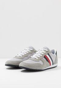 Tommy Hilfiger - ESSENTIAL RUNNER - Sneakersy niskie - grey - 2