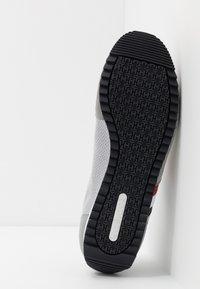 Tommy Hilfiger - ESSENTIAL RUNNER - Sneakersy niskie - grey - 4