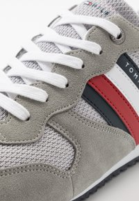 Tommy Hilfiger - ESSENTIAL RUNNER - Sneakersy niskie - grey - 5