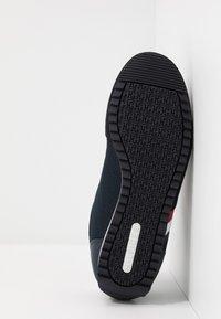 Tommy Hilfiger - ESSENTIAL RUNNER - Sneakersy niskie - blue - 4