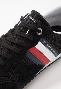 Tommy Hilfiger - ESSENTIAL RUNNER - Sneakersy niskie - black - 5