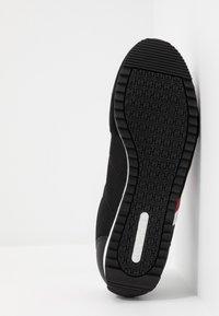 Tommy Hilfiger - ESSENTIAL RUNNER - Sneakersy niskie - black - 4