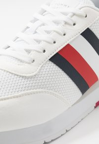 Tommy Hilfiger - CORPORATE RUNNER - Sneakersy niskie - white - 5