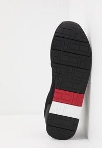 Tommy Hilfiger - CORPORATE RUNNER - Sneakersy niskie - black - 4