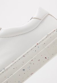 Tommy Hilfiger - SUSTAINABLE APPLESKIN SNEAKER - Tenisky - white - 5
