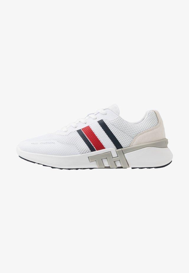 LIGHTWEIGHT CORPORATE RUNNER - Sneakersy niskie - white