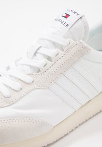 Tommy Hilfiger - MIX RUNNER STRIPES - Trainers - white - 5