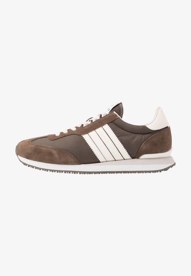 MIX RUNNER STRIPES - Sneakersy niskie - brown