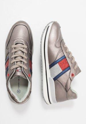 Sneakers - dark silver