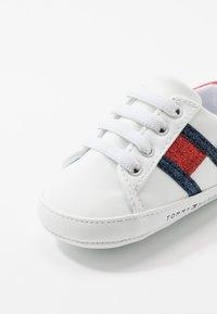 Tommy Hilfiger - Chaussons pour bébé - white/blue/red - 2