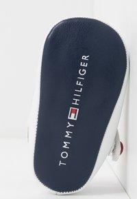 Tommy Hilfiger - Chaussons pour bébé - white/blue/red - 4