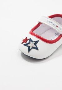 Tommy Hilfiger - Chaussons pour bébé - white/blue/red - 5