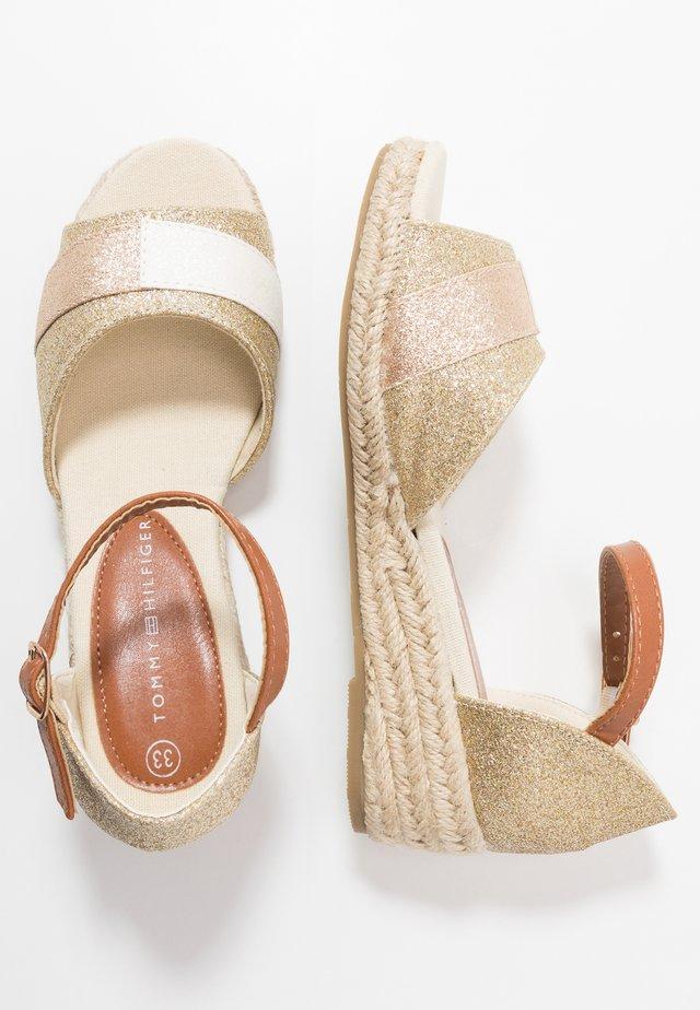 Sandaalit nilkkaremmillä - platinum