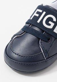 Tommy Hilfiger - Chaussons pour bébé - blue/white - 2