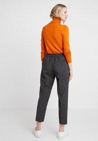 Tommy Hilfiger - ESSENTIAL PULL ON PANT - Pantalon classique - grey - 2
