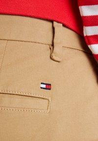 Tommy Hilfiger - HERITAGE - Chino kalhoty - classic camel - 4