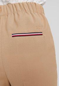 Tommy Hilfiger - ESSENTIAL FLEX PULLON - Pantalon classique - beige - 5