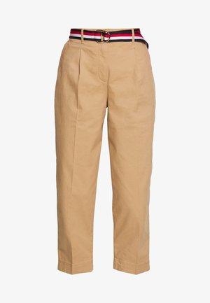 ESSENTIAL PLEATED - Chino kalhoty - classic khaki