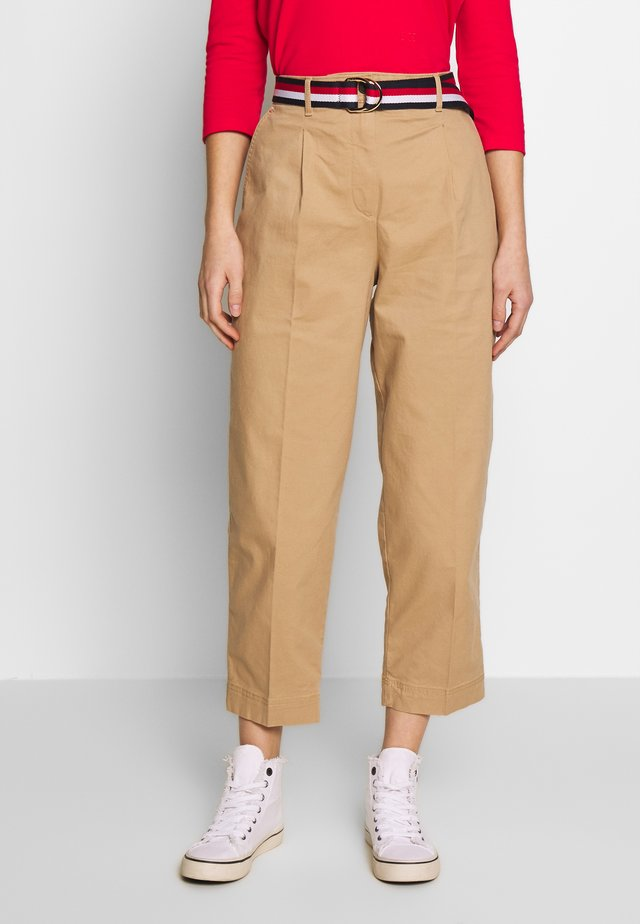 ESSENTIAL PLEATED - Pantalones chinos - classic khaki