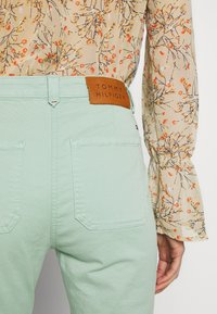 Tommy Hilfiger - COTTON STRETCH CARGO SKINNY PANT - Chinos - sea mist mint - 6