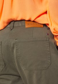 Tommy Hilfiger - COTTON STRETCH CARGO SKINNY PANT - Chinot - army green - 5