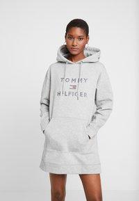 Tommy Hilfiger - TIARA HOODED DRESS - Denní šaty - light grey heather - 0