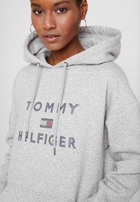 Tommy Hilfiger - TIARA HOODED DRESS - Denní šaty - light grey heather - 6