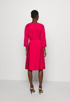 SYLVIA DRESS BRACELET - Denní šaty - ruby jewel