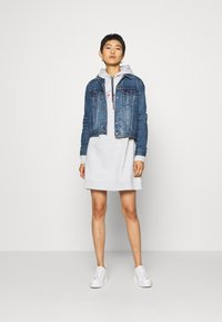 Tommy Hilfiger - CARMEN HOODED DRESS - Robe d'été - ice grey heahter - 1