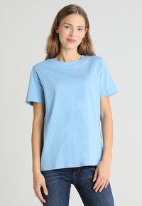 Tommy Hilfiger - HOLLI TEE - T-shirt imprimé - blue - 0