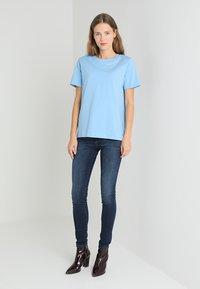 Tommy Hilfiger - HOLLI TEE - T-shirt imprimé - blue - 1