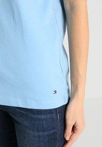 Tommy Hilfiger - HOLLI TEE - T-shirt imprimé - blue - 5