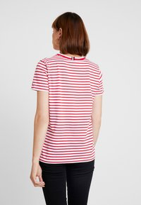 Tommy Hilfiger - ESSENTIAL RELAXED TEE - Print T-shirt - red - 2