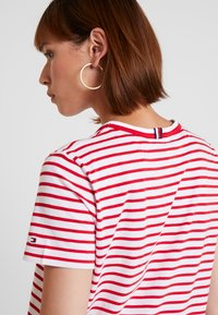 Tommy Hilfiger - ESSENTIAL RELAXED TEE - T-shirt imprimé - red - 3
