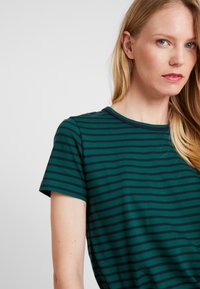 Tommy Hilfiger - ESSENTIAL RELAXED TEE - T-shirt imprimé - blue - 4
