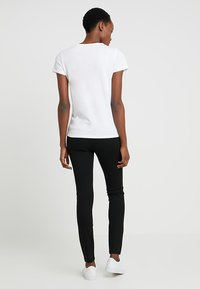 Tommy Hilfiger - HERITAGE CREW NECK TEE - Basic T-shirt - classic white - 2