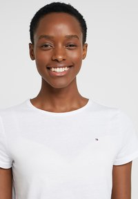 Tommy Hilfiger - HERITAGE CREW NECK TEE - Basic T-shirt - classic white - 3