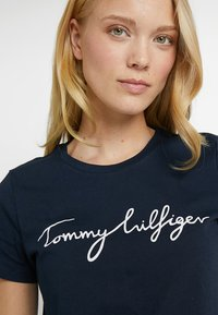 Tommy Hilfiger - HERITAGE CREW NECK GRAPHIC TEE - T-shirt med print - midnight