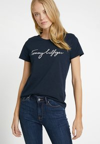 Tommy Hilfiger - HERITAGE CREW NECK GRAPHIC TEE - Printtipaita - midnight - 0