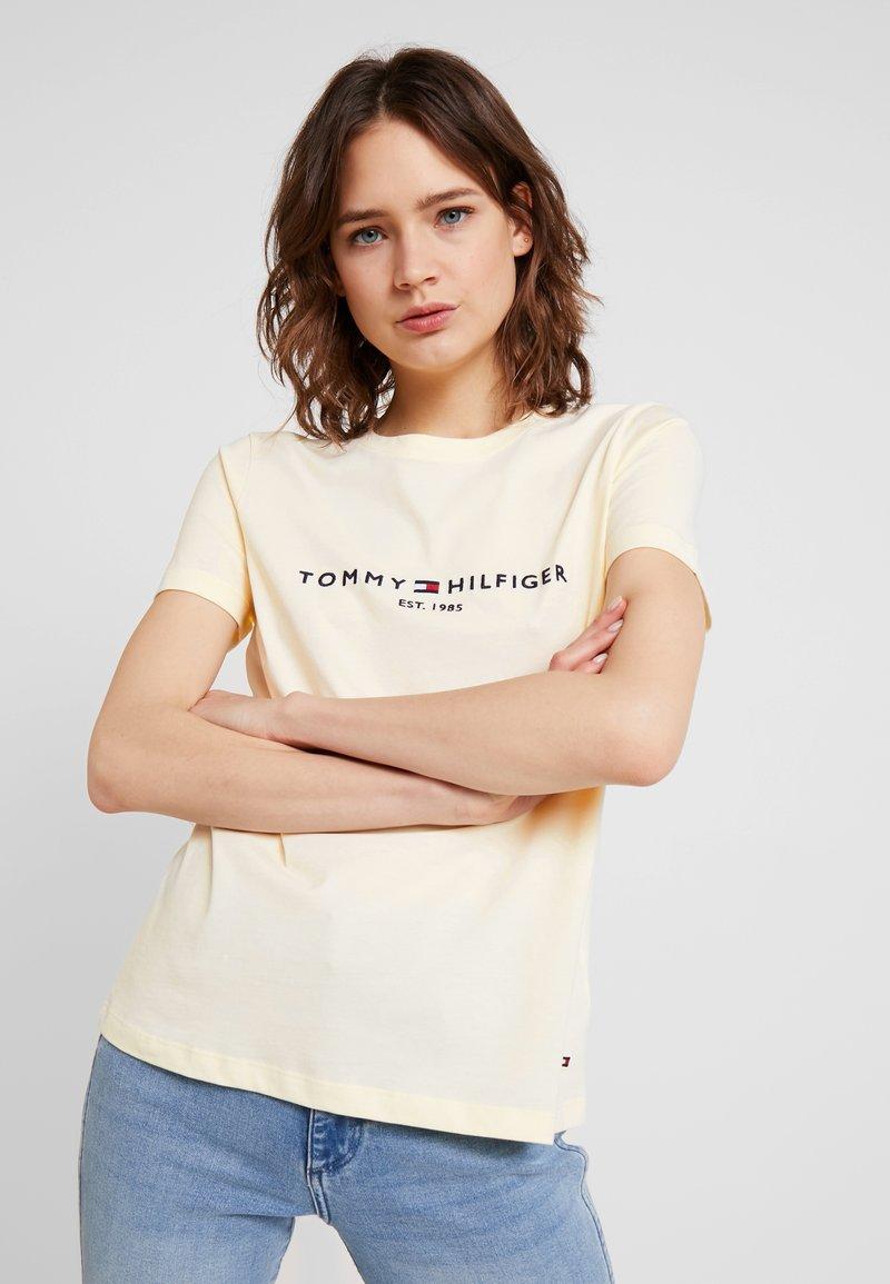 Tommy Hilfiger - TEE - T-shirts med print - lemon ice
