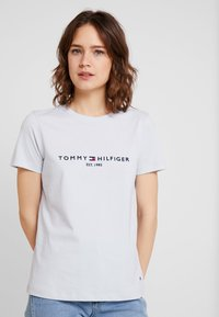 Tommy Hilfiger - TEE - T-shirts med print - morning sky blue - 0