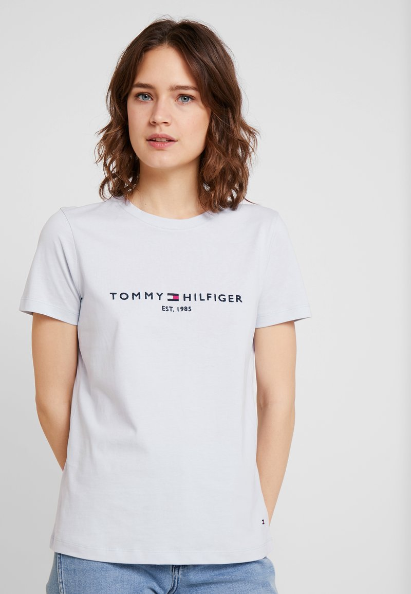 Tommy Hilfiger - TEE - T-shirts med print - morning sky blue