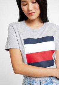 Tommy Hilfiger - CATHY TEE - T-shirt imprimé - grey - 3